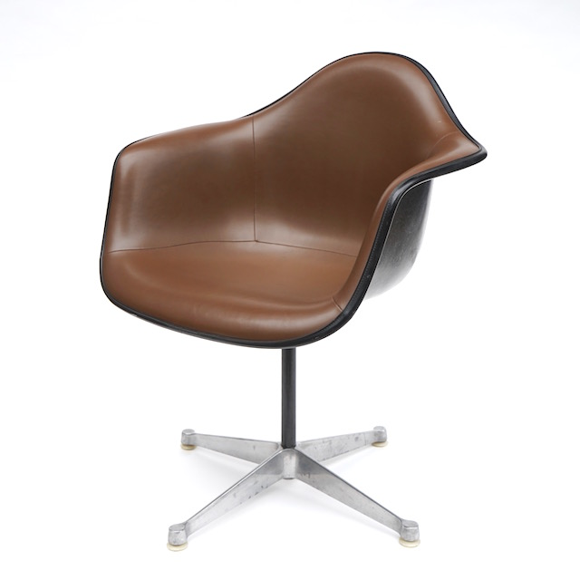 Eames Plastic Arm Chair Turned Base (1950) BR01C