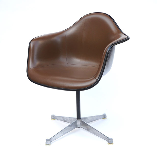 Eames Plastic Arm Chair Turned Base (1950) BR02C