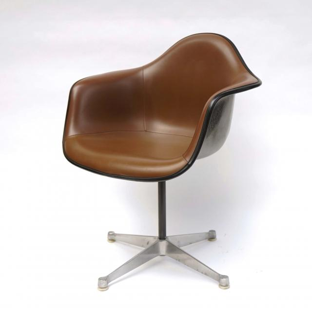 Eames Plastic Arm Chair Turned Base (1950) BR03C