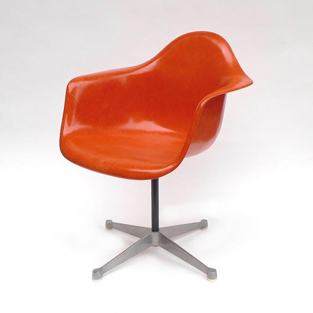 Eames Plastic Arm Chair Turned Base (1950) OR01C