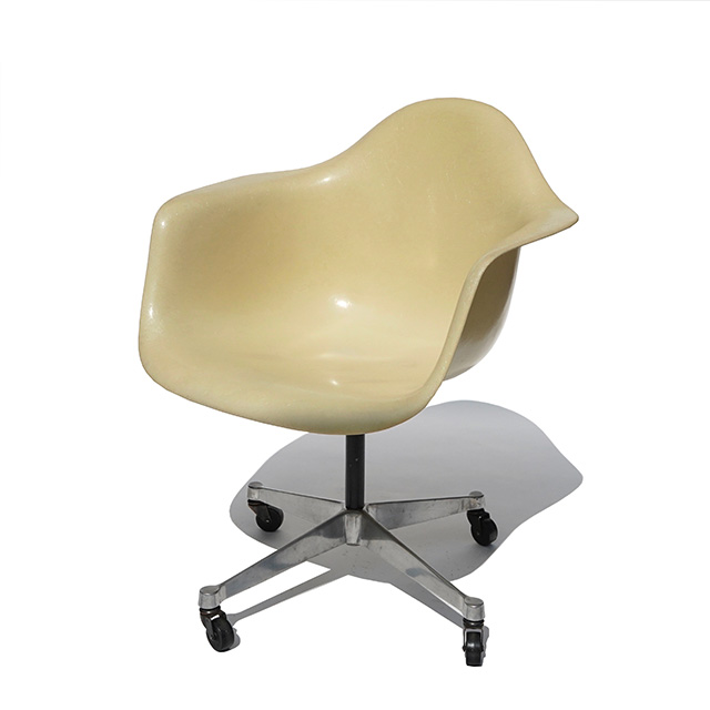 Eames Plastic Arm Chair Castor Base (1950) WH01C